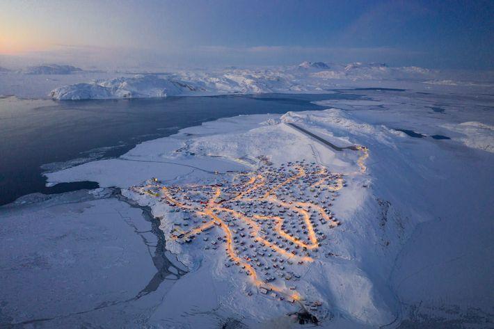 Chu fez caminhadas perto do aeroporto para obter vistas mais abrangentes de Upernavik. Ele salientou que ...