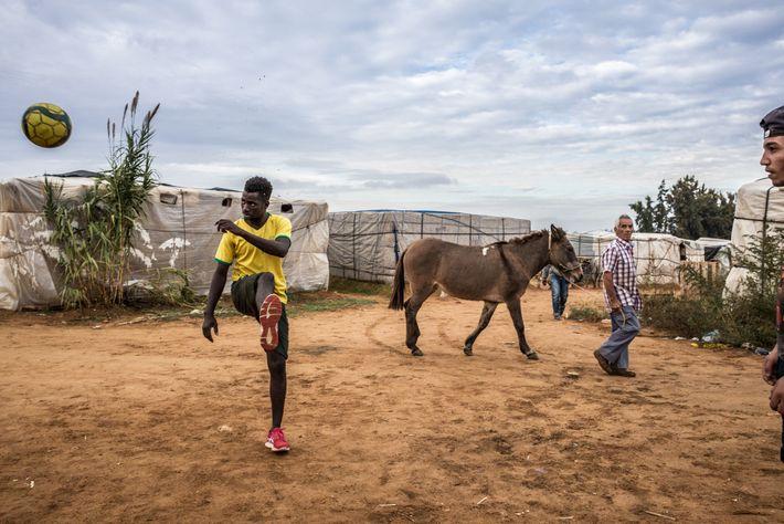 Em Huelva, no sul do país, ao passar por um campo de barracas, um espanhol assiste ...