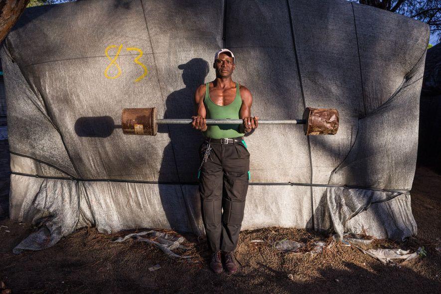 Issa Diakite, 50 anos, construiu a sua barra de pesos e a sua casa – uma ...