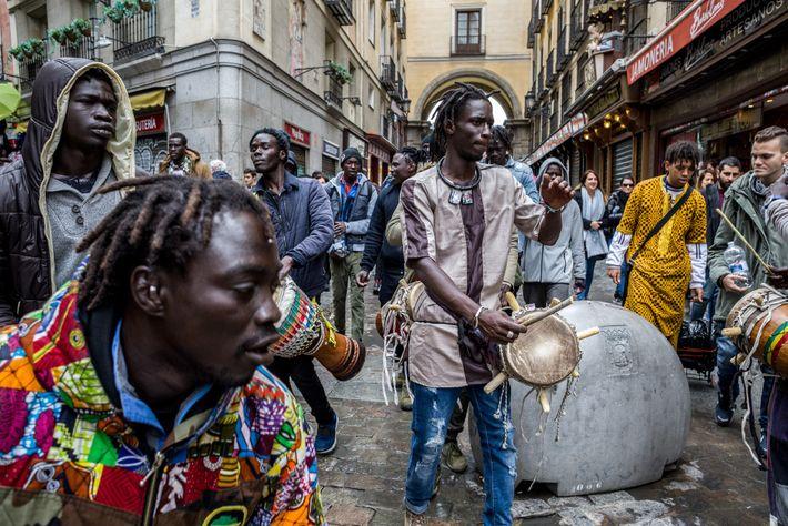 Numa das entradas da histórica Plaza Mayor, em Madrid, migrantes senegaleses fazem uma pausa no trabalho ...