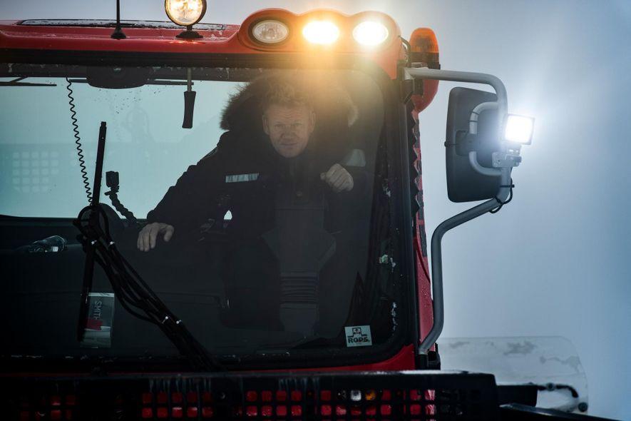 Gordon Ramsay a conduzir um veículo adaptado para as montanhas geladas. Ramsay vai encontrar-se com Lionel ...