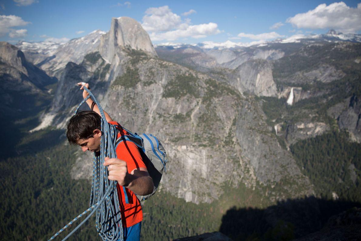 Honnold recolhe a sua corda de escalada após terminar o Galactic Hitchhiker, com Jimmy Chin.