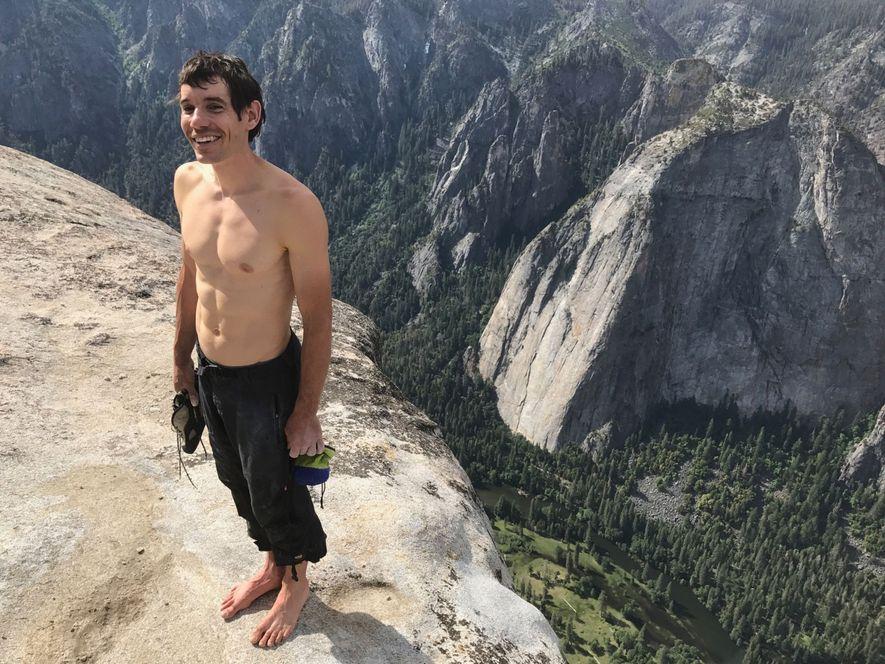 O alpinista Alex Honnold no cimo do El Capitan depois de quase quatro horas de escalada sozinho, sem cordas ou qualquer outro equipamento de segurança.