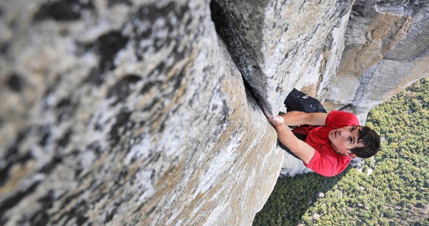 O alpinista Alex Honnold treina no Freerider para a primeira escalada sem corda do El Capitan, no Parque Nacional de Yosemite. Honnold completou a proeza no sábado, dia 3 de junho. O evento histórico foi documentado para uma futura longa metragem e história da revista National Geographic.