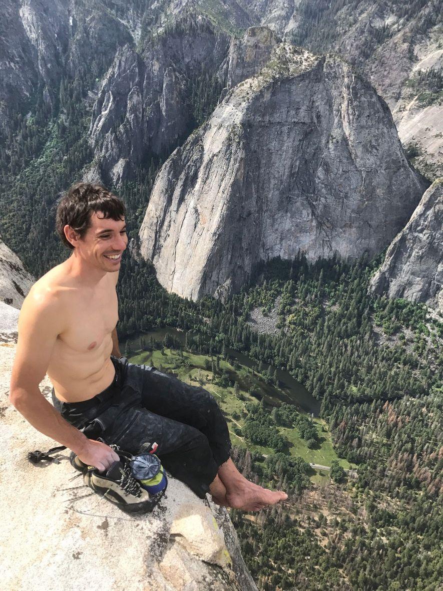 Alex Honnold sentado no topo do icónico El Capitan, em Yosemite, após quase quatro anos a ...