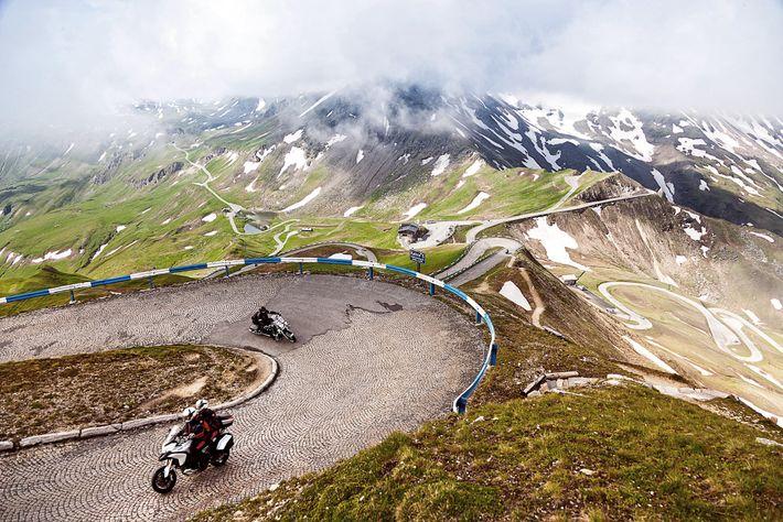 A Estrada Alpina Grossglockner, na Áustria, onde vira para Edelweiss-Spitze, o seu ponto mais alto. Concluída ...