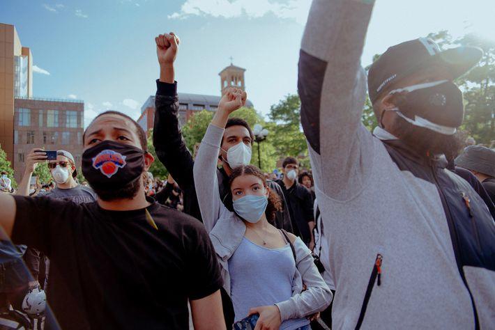 No passado, os protestos tinham muitas vezes pessoas de raças diferentes em lados opostos. No dia ...