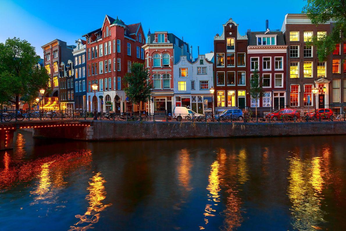 """AMESTERDÃO, HOLANDA Razões para ir: A rainha das cidades """"gay-friendly"""", Amesterdão é a capital colorida e fácil ..."""