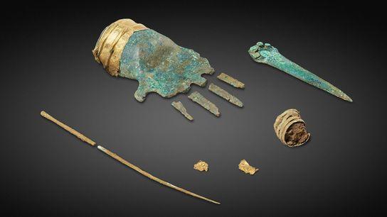 A mão em bronze integra uma pulseira em ouro e foi encontrada na sepultura de um ...