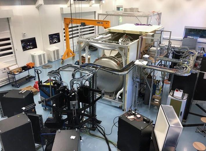 Todo o sistema do espectrógrafo ESPRESSO quando estava a ser testado na sede do ESO, em ...