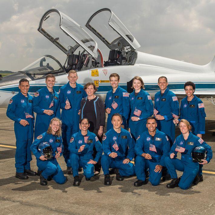Anne Roemer, responsável pela seleção de astronautas da NASA, com a turma mais recente de candidatos ...