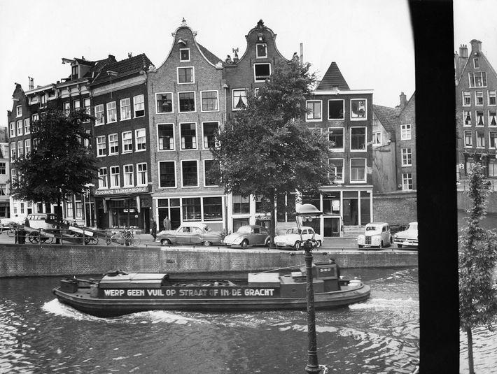 A vista do anexo onde Anne Frank e outras sete pessoas – a sua irmã e ...