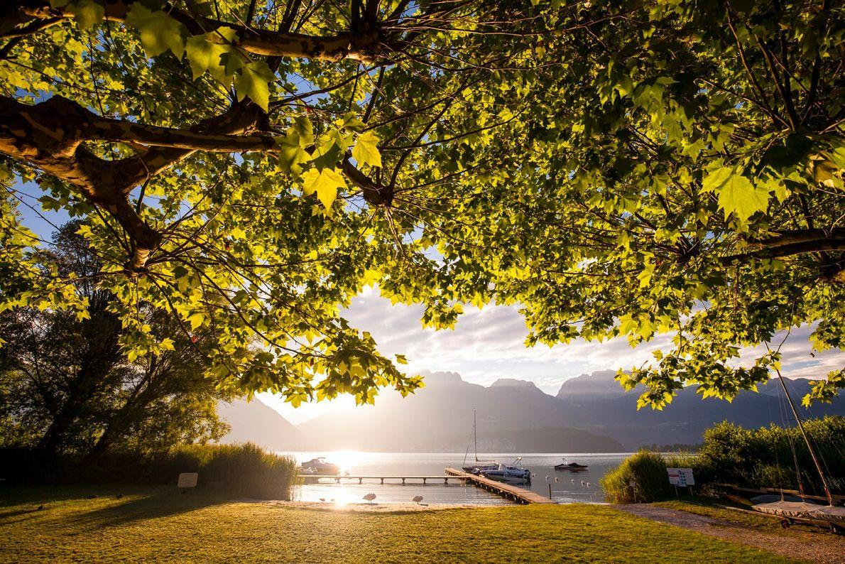 O Lago Annecy, um dos destinos preferidos de marinheiros, ciclistas, praticantes de parapente e até de ...