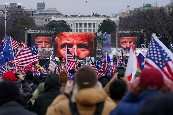 Um comício de apoio ao presidente Trump em Washington D.C., na quarta-feira, transformou-se numa marcha até ...