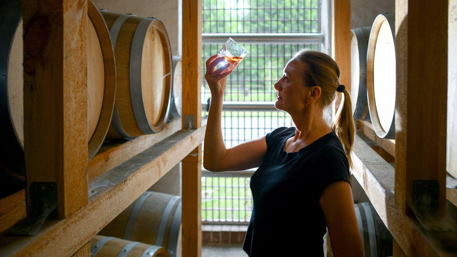 Cornelia Bohn junto aos barris de carvalho da sua destilaria de whisky na vila alemã de ...