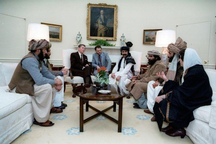 """Reagan encontra-se com """"lutadores da liberdade"""" afegãos"""