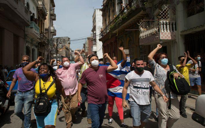 Manifestantes marcham em Havana