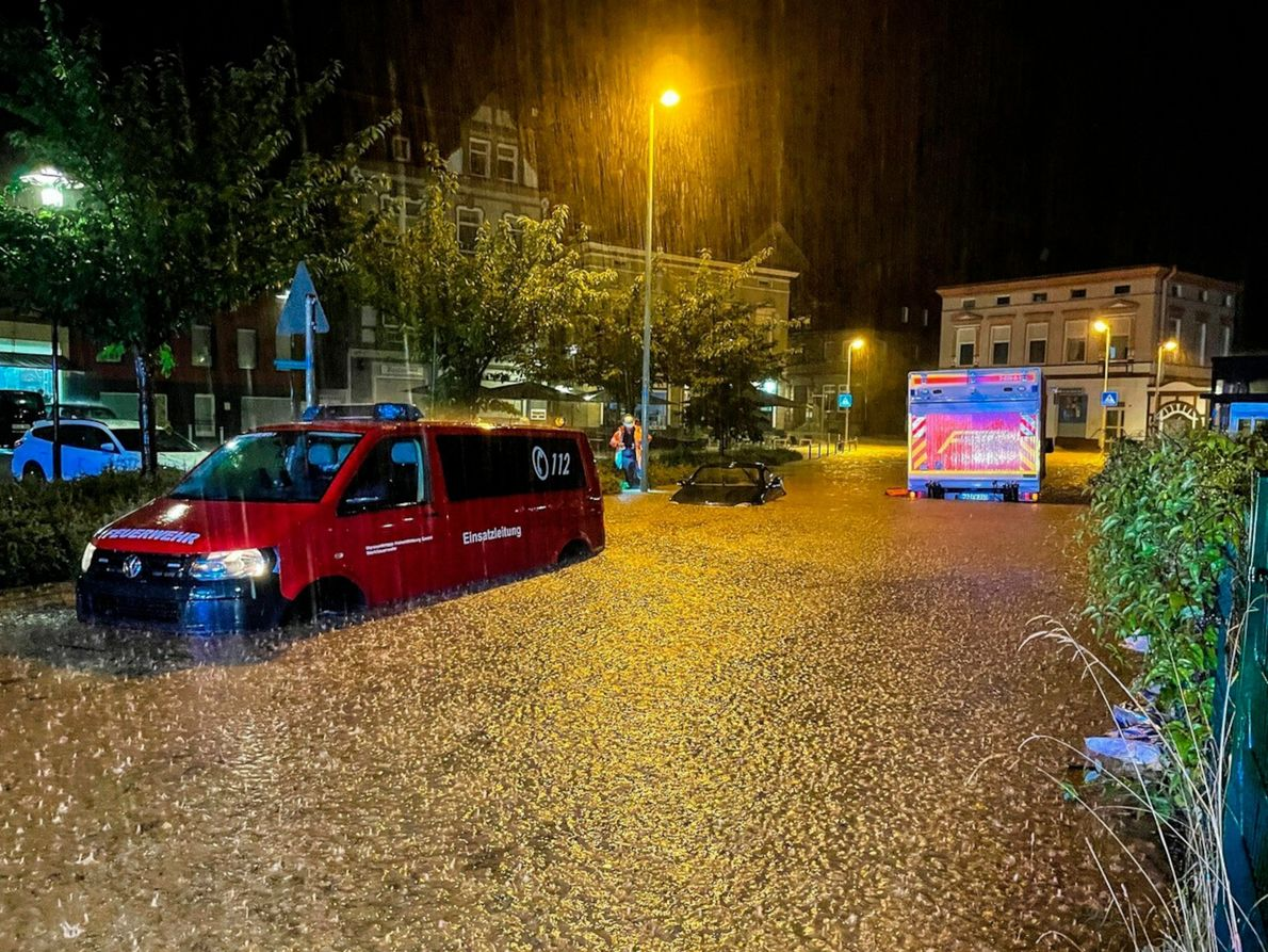 No dia 14 de julho, choveu torrencialmente na Alemanha. Em certas zonas do país, choveu num ...