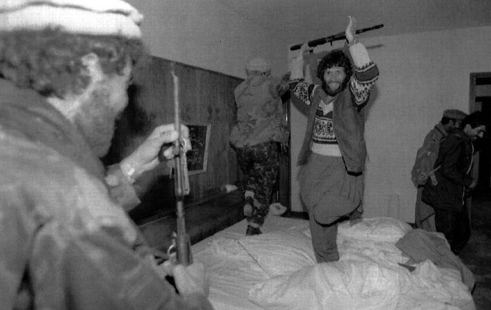 Soldados mujahideen dançam na cama de Najibullah