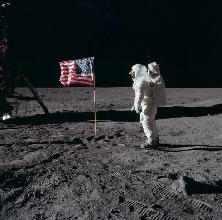 O astronauta da Apollo 11, Edwin Aldrin, é fotografado com a bandeira dos EUA. Se olharmos ...
