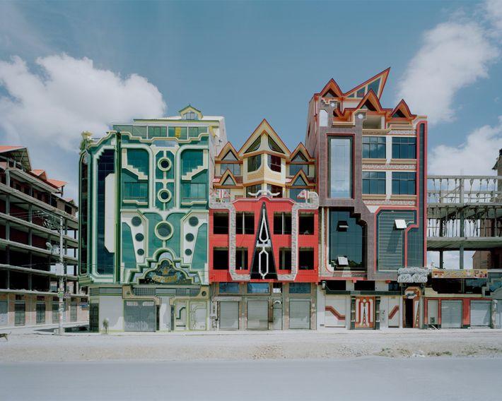 Edifícios de cores vibrantes, da autoria de Freddy Mammani, em El Alto.