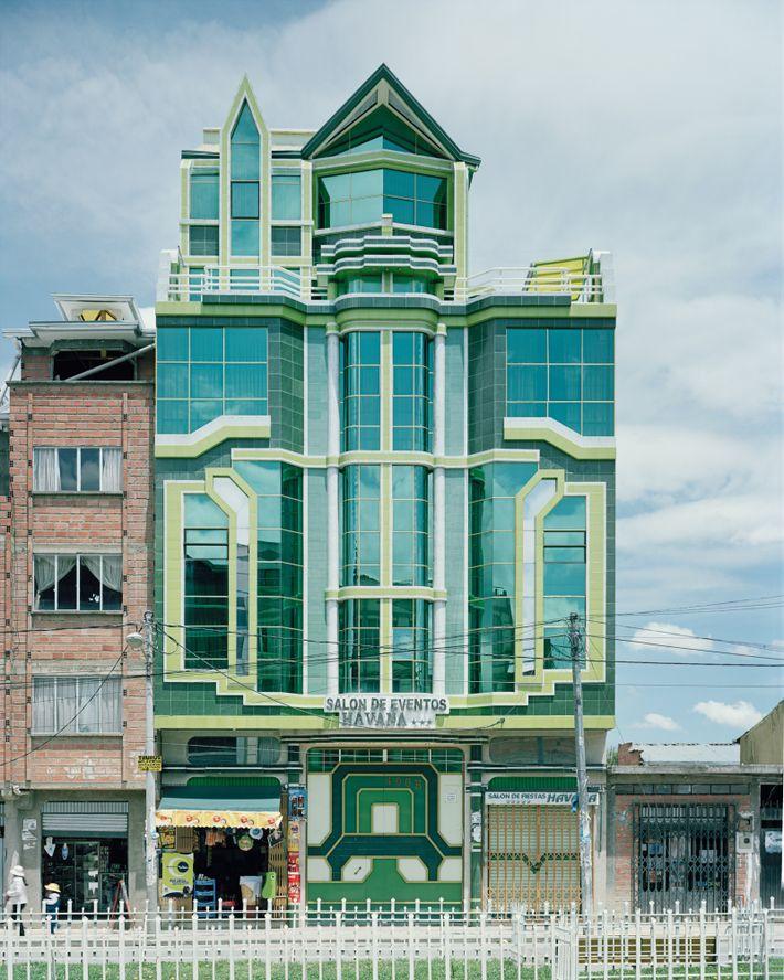 Edifícios semelhantes aos desenhados por Mamani.