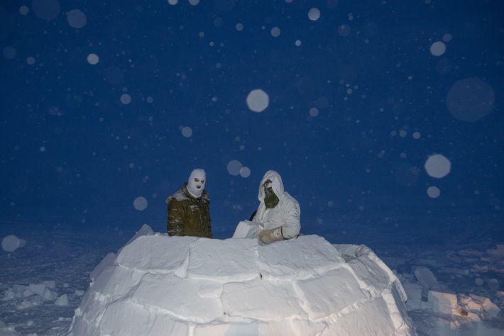 Soldados canadianos constroem um iglu durante um treino para se tornarem consultores de operações no Ártico. ...