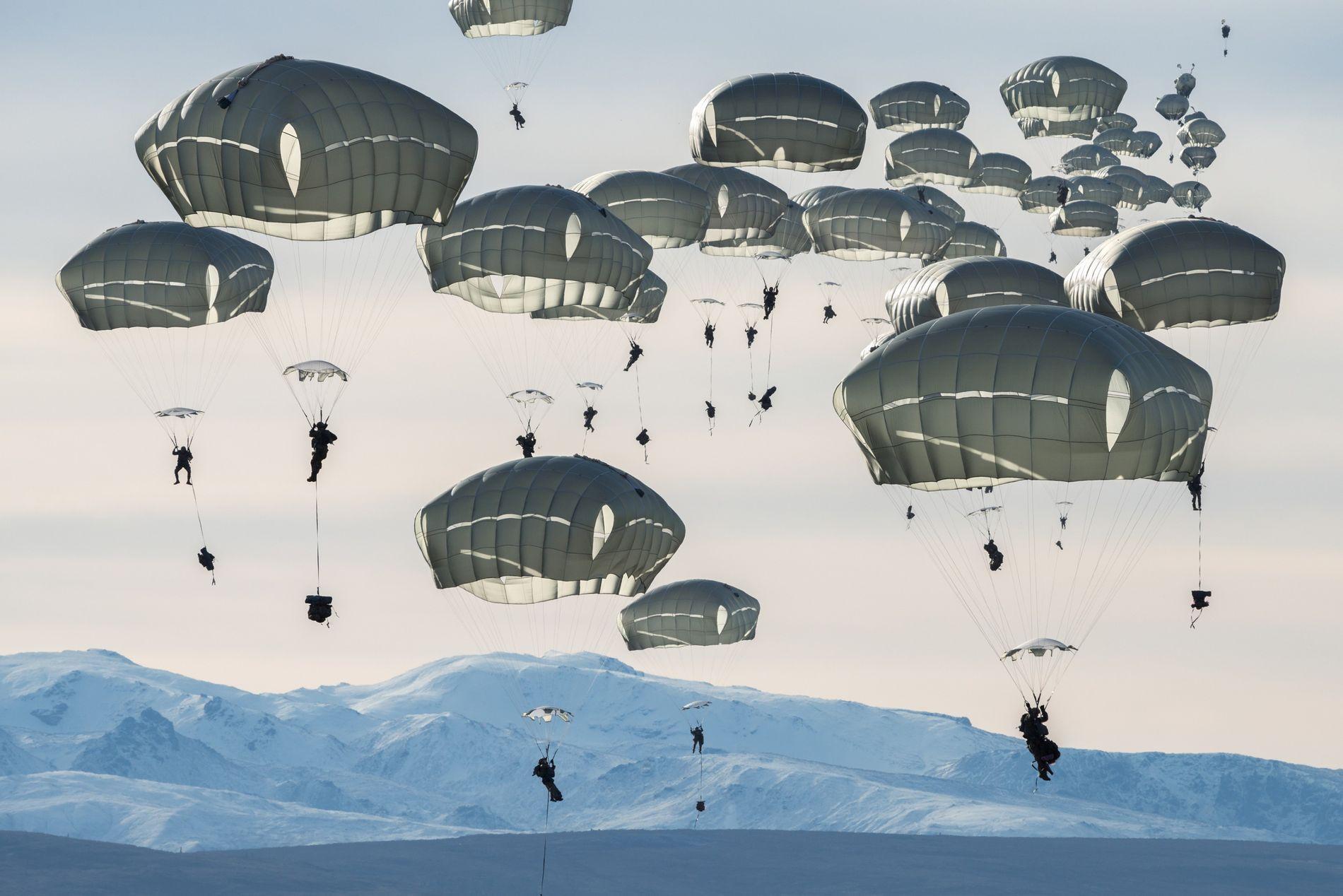 Cerca de 400 soldados norte-americanos praticam saltos de paraquedas, perto de Fort Greely, no Alasca. Este ...