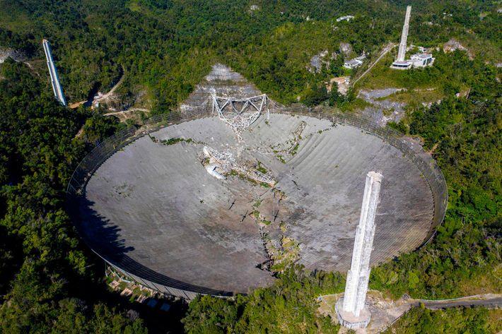 Esta vista aérea mostra os danos no Observatório de Arecibo depois de a sua plataforma de ...