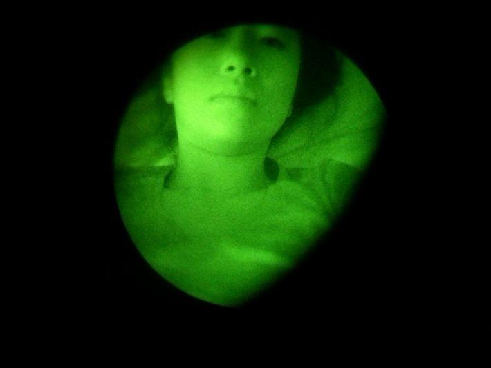 Arin tira um autorretrato através dos óculos de visão noturna