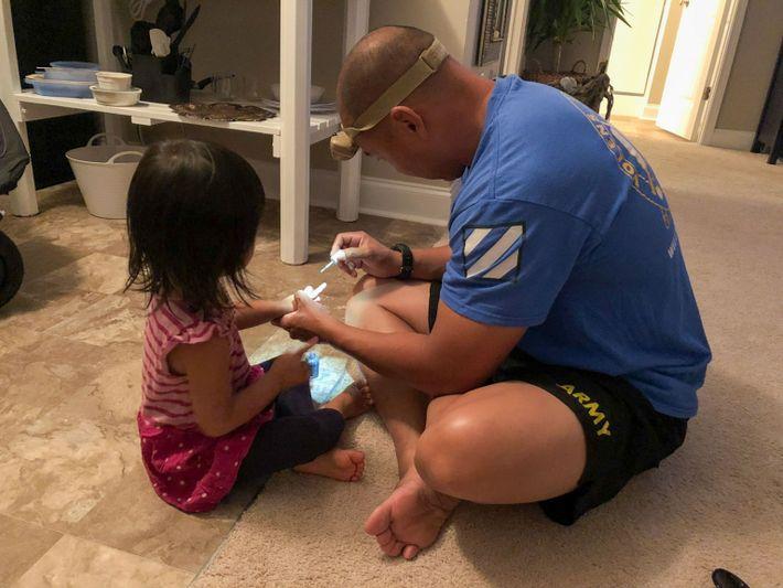 John pinta as unhas da sua filha Mila