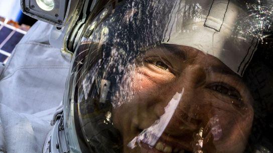 Christina Koch, astronauta da NASA, tira uma selfie no espaço com a Terra em pano de ...