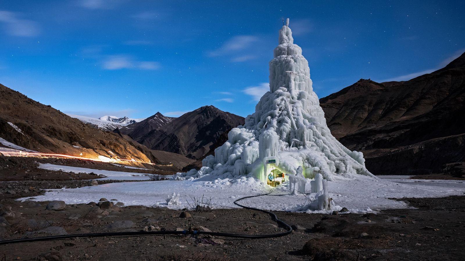 As estupas de gelo funcionam como torres de água, armazenando a água que derrete no inverno ...