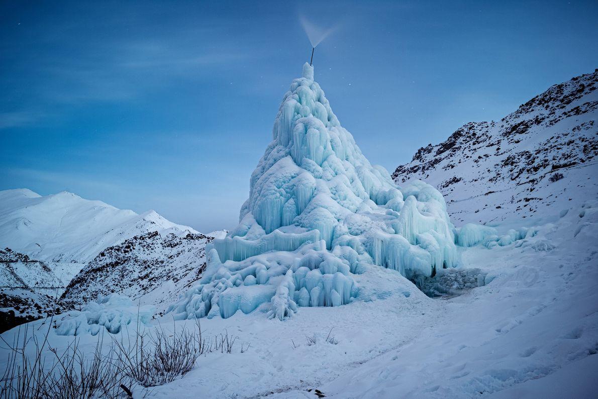 As estupas de gelo são construídas no inverno, canalizando água de um rio da montanha para ...