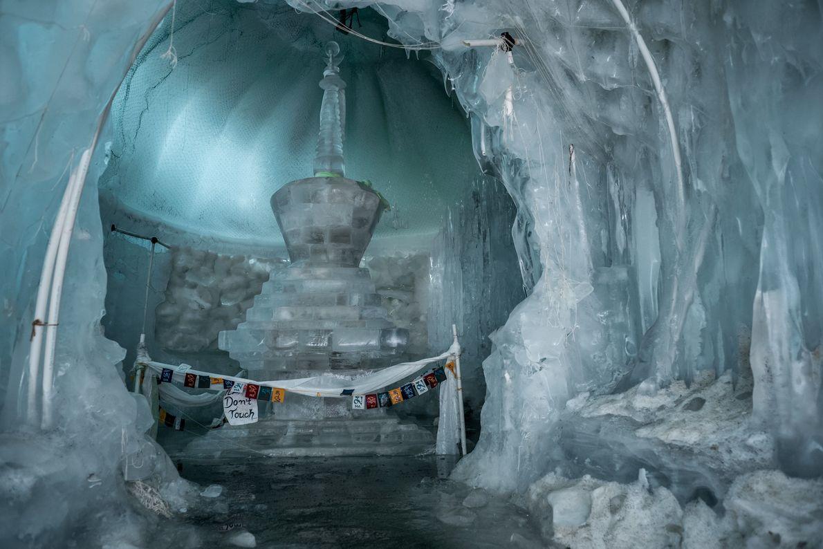 Originalmente, uma estupa é um monte feito a partir de pedras que os budistas constroem para ...