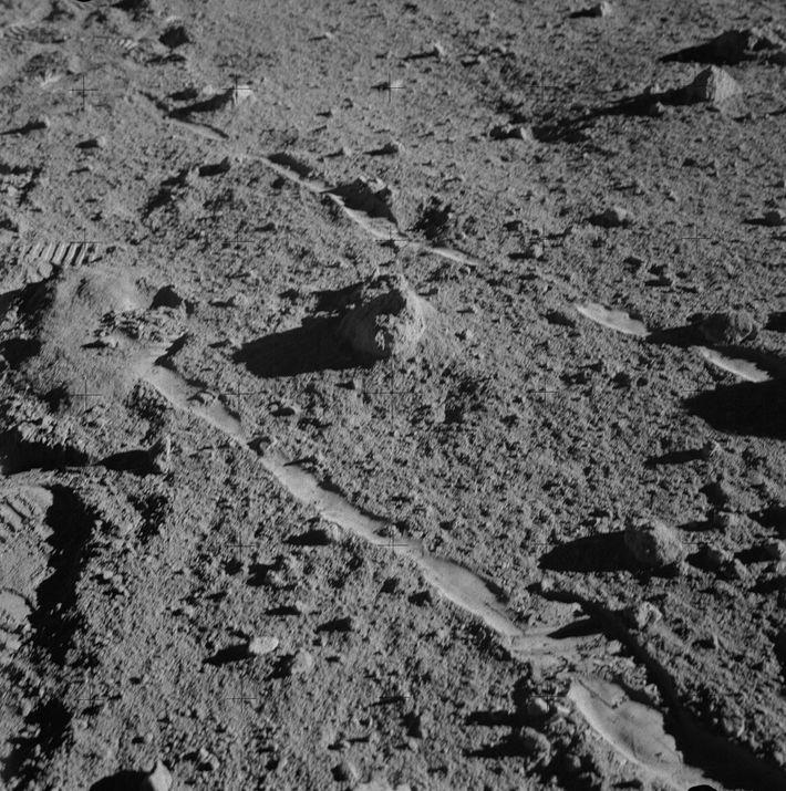 O astronauta da Apollo 14, Alan Shepard, tirou esta fotografia da rocha, designada por 14321, minutos ...