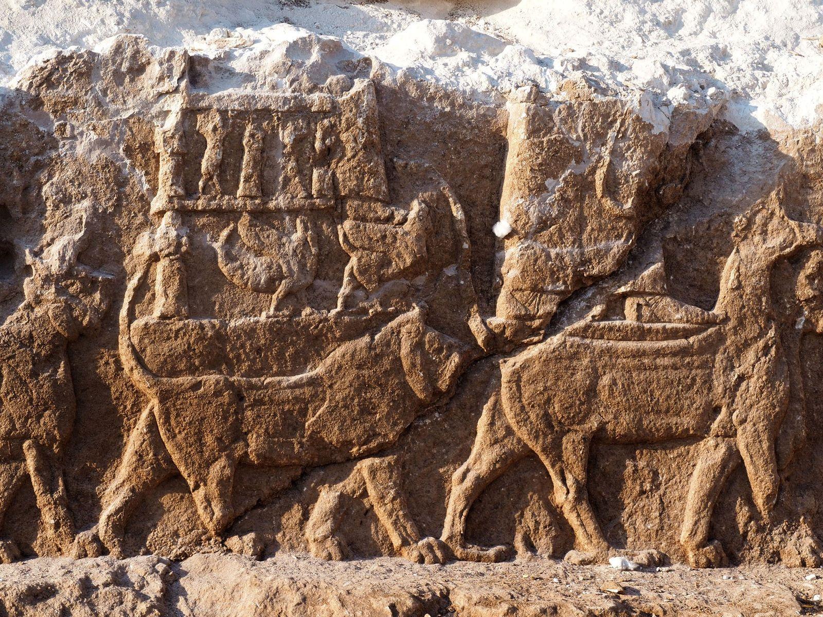 Estes relevos antigos, que raramente são encontrados fora dos palácios, retratam uma procissão de deuses assírios, ...