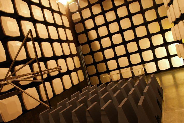 Câmara anecóica utilizada durante o desenvolvimento do nano-satélite.