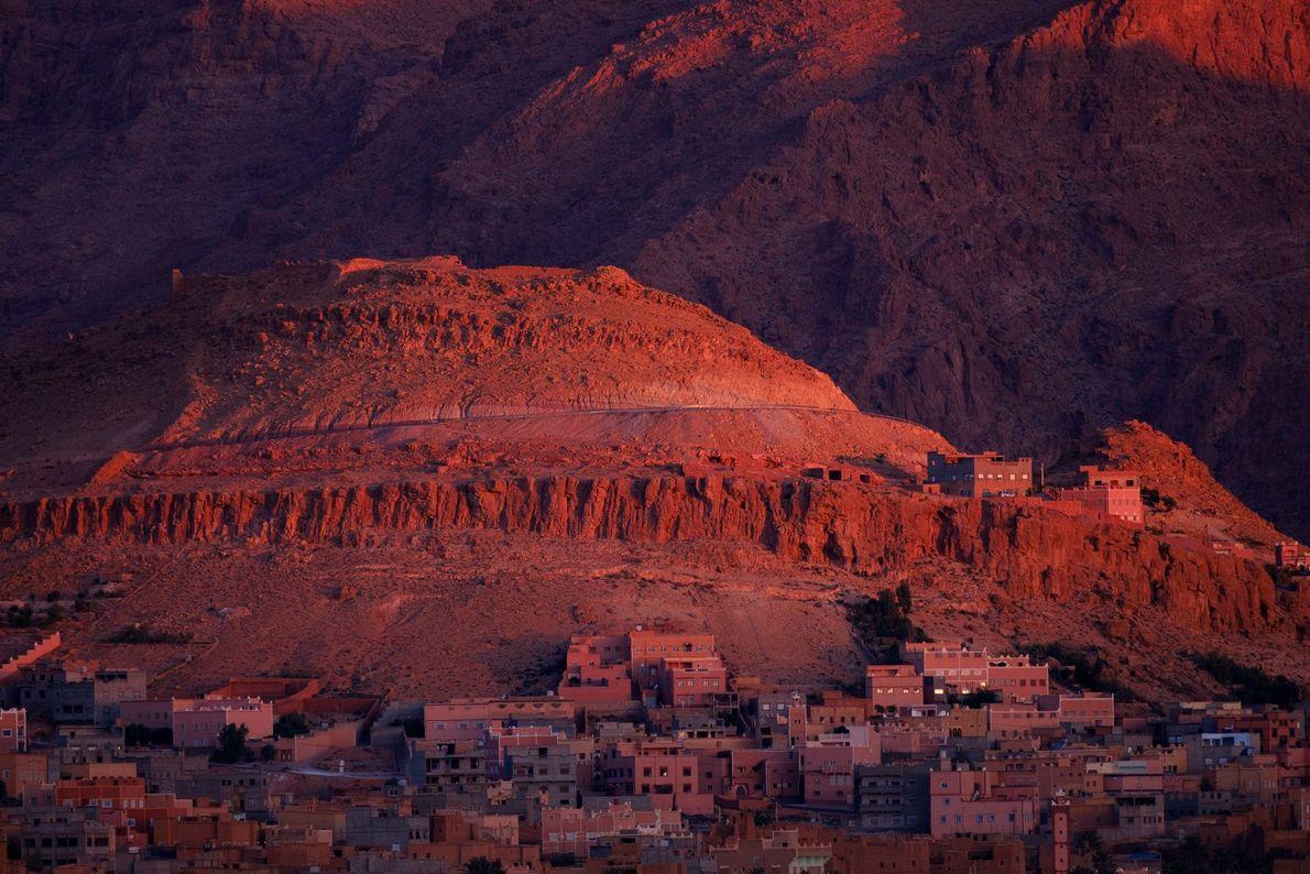 Escondida entre as montanhas da Cordilheira do Atlas, a cidade marroquina de Tinghir é um cenário ...