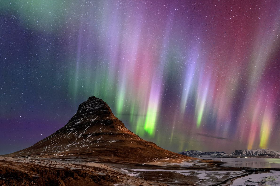 A montanha Kirkjufellna, na península de Snæfellsnes, na Islândia