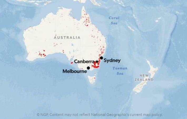 Os pontos vermelhos mostram a localização dos fogos detetados na Austrália na segunda semana de janeiro ...
