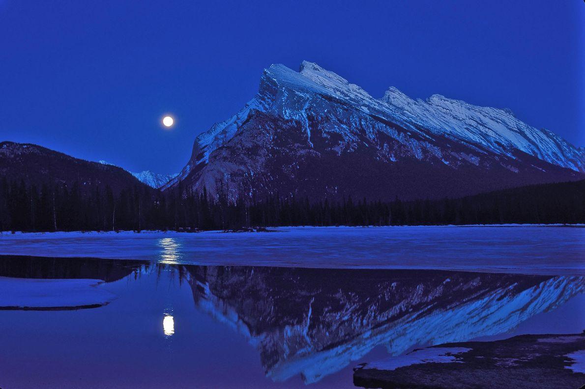 Uma lua cheia ergue-se no céu por altura do equinócio de outono, sobre os lagos Vermillion
