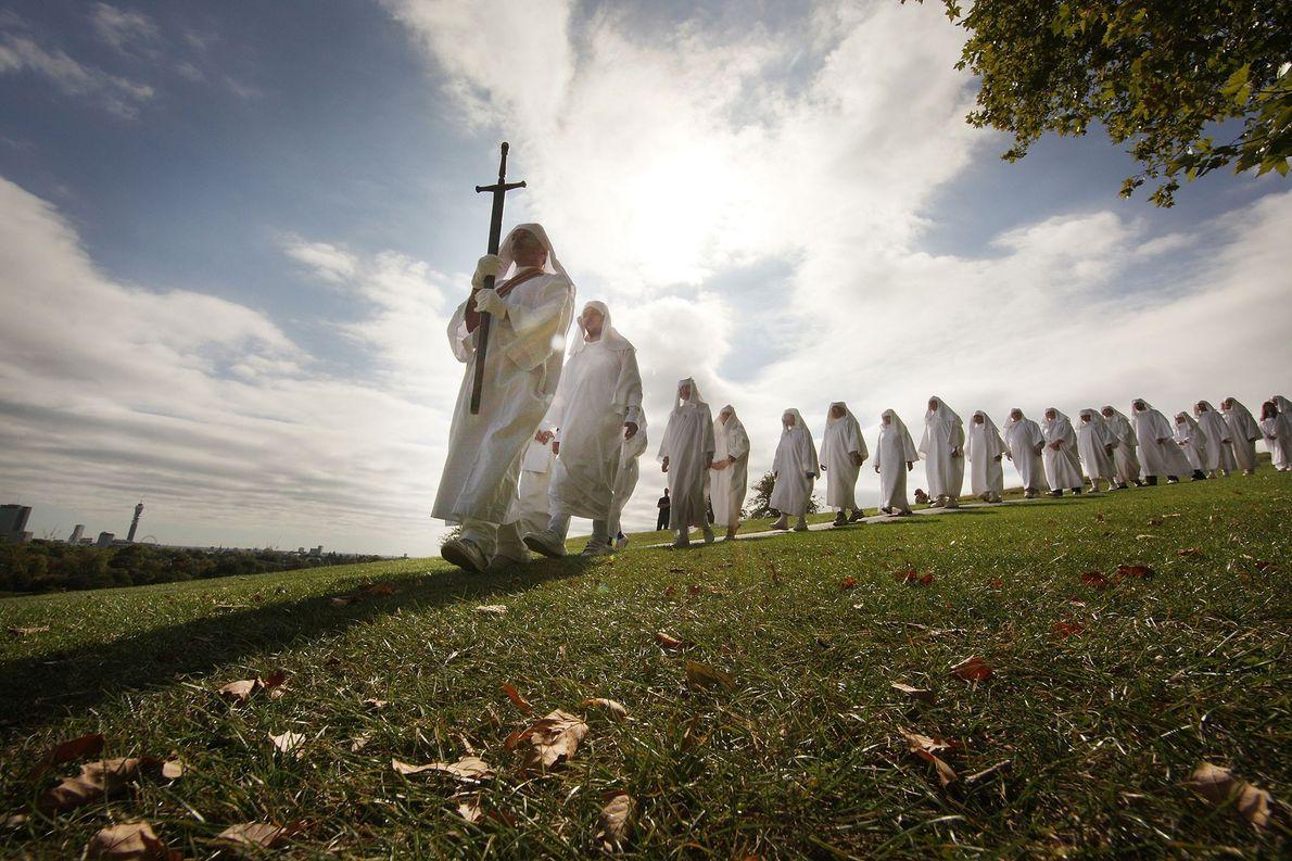 Druídas celebram o equinócio de outono em Primrose Hill a 22 de setembro de 2009, em ...