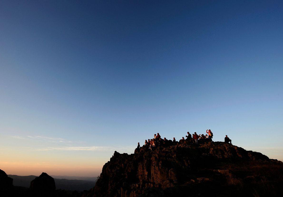 As pessoas acorrem ao observatório megalítico de Kokino para celebrar o equinócio de outono, numa imagem ...