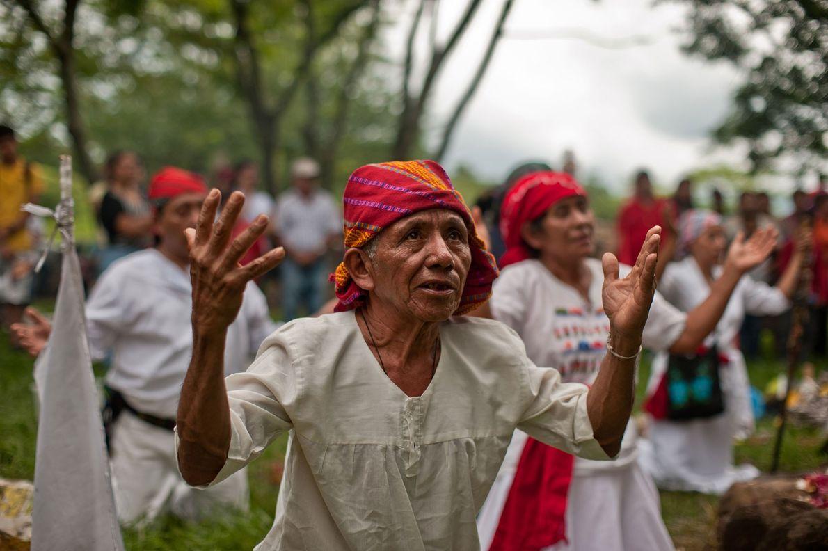 Um padre indígena de origem maia preside a uma cerimónia para celebrar o equinócio de outono ...