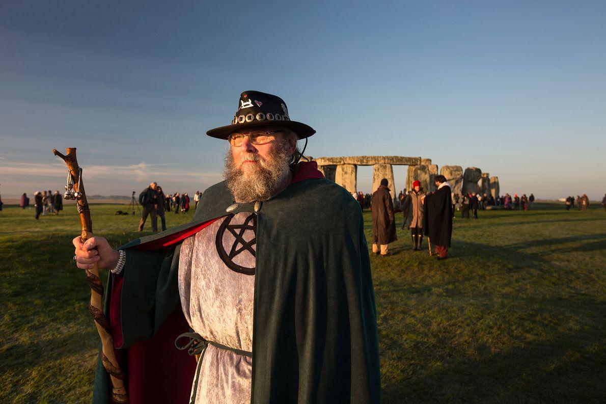 No equinócio de outono, os neodruídas e os entusiastas do rei Arthur acorrem a Stonhenge para ...