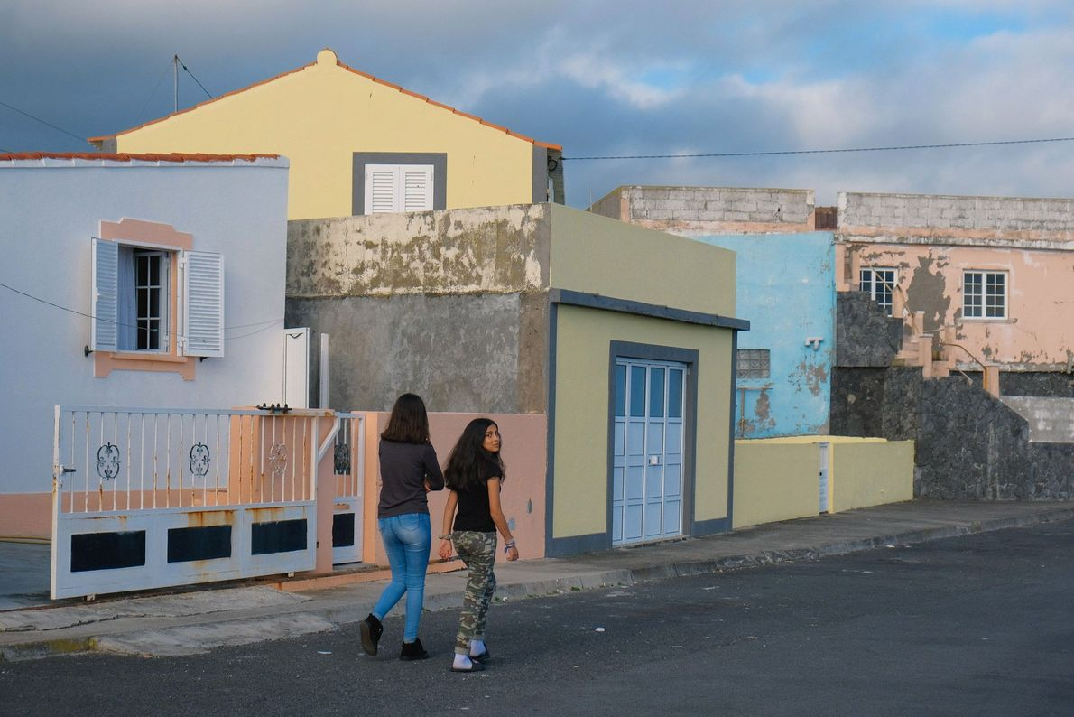 Duas raparigas passeavam por São Mateus da Calheta, no dia 15 de março de 2020, dez ...