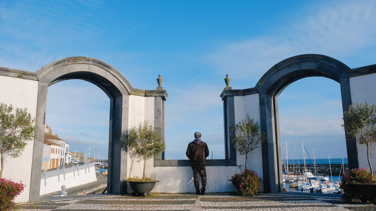 No dia 22 de março de 2020, em Angra do Heroísmo, um homem solitário olhava para ...