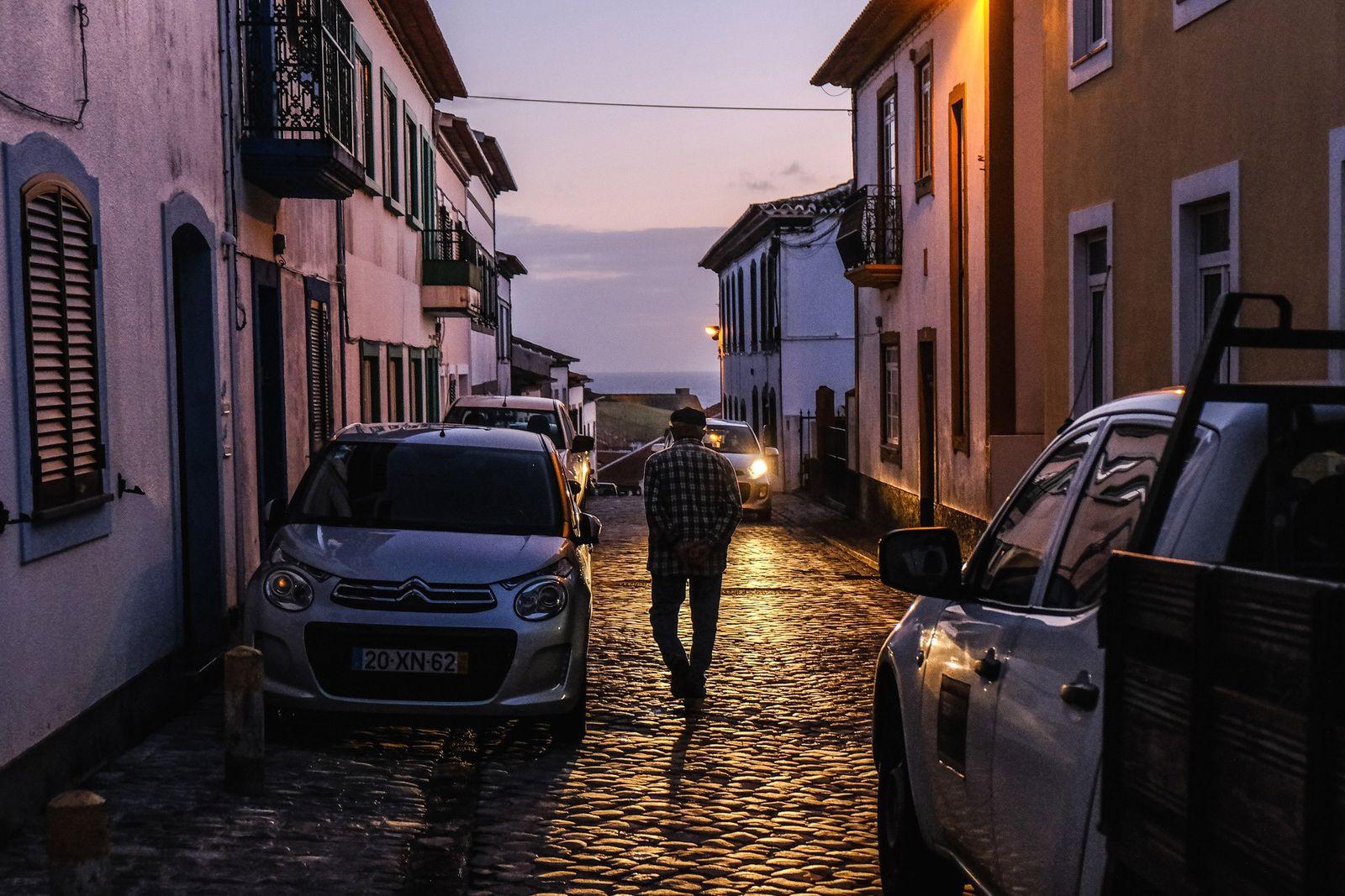 Ao cair da noite, em Angra do Heroísmo, um habitante local faz um passeio solitário em ...