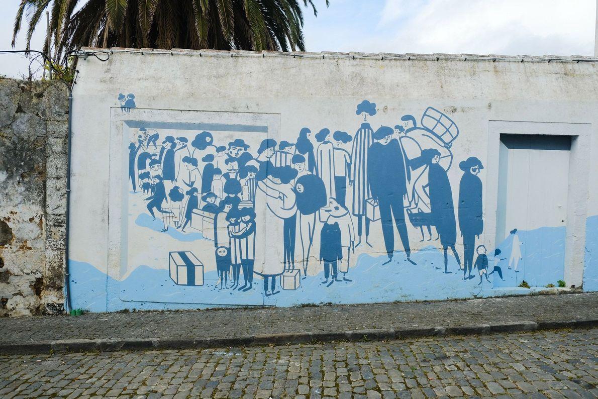 Em Angra do Heroísmo, um mural da artista portuguesa Carolina Celas retrata os emigrantes açorianos a ...